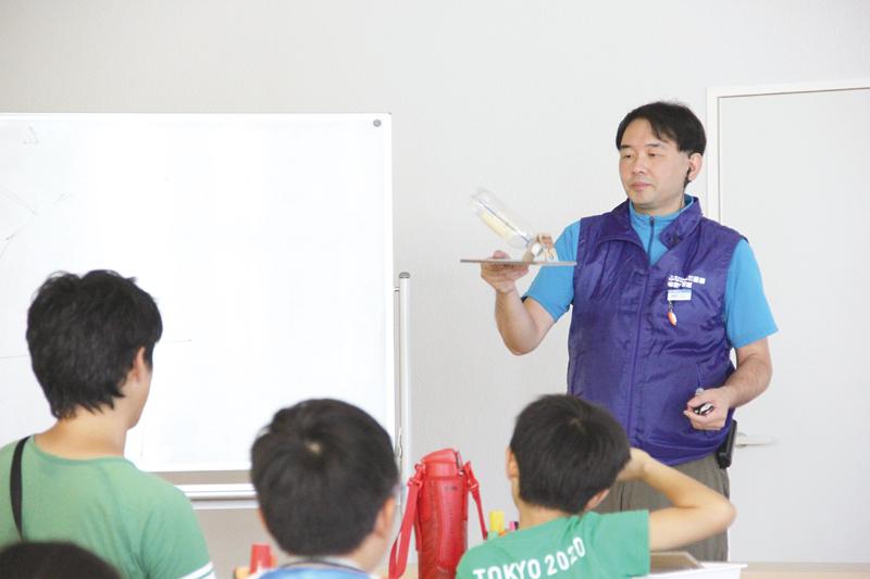 参加者に説明をしている和田孝志さん