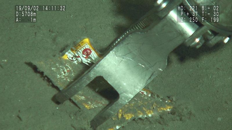 房総半島沖、水深約5700mで撮影されたチキンハンバーグの包装袋。昭和59年製造(写真提供:JAMSTEC)