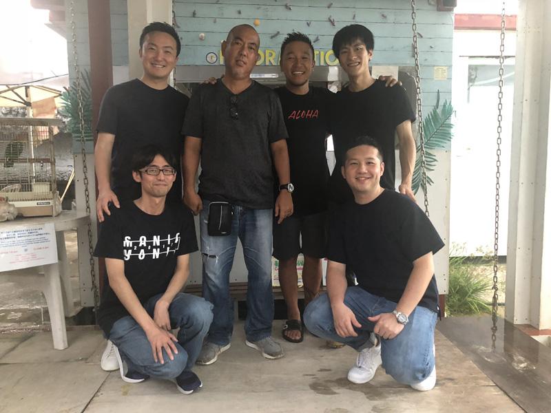 サンゴの移植活動を行なっている仲間たち。金城さん(後列・左からふたりめ)Microさん(同3人め)。